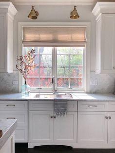 Küche 47 + The Key To Successful Kitchen Window Ideas Curtains Sinks 66 - Decorinspira . Window Over Sink, Kitchen Sink Window, Kitchen Window Curtains, Kitchen Sinks, Kitchen Windows, Kitchen Fixtures, Kitchen Cabinets Around Window, Modern Kitchen Curtains, Kitchen Tables