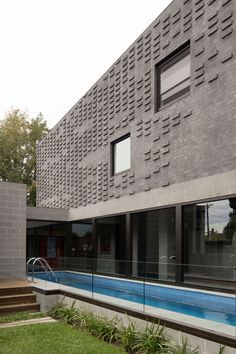 Wickham House sees MODO Architecture reinterpret internal zoning through a play on volume, level changes and spatial separators. Brick Design, Wall Design, House Design, Concrete Block Walls, Timber Ceiling, Timber Cladding, Modern Pools, Architect House, Brickwork
