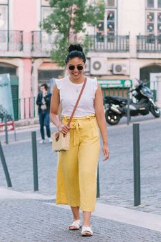 How To Wear Linen Pants For The Summer // Lisbon, Portugal // Wide-Leg Pants // Travel Outfit Casual Office Wear, Office Outfits, Office Uniform, Work Outfits, Casual Wear, Linen Pants Outfit, Spring Look, Look Formal, Wide Leg Linen Pants