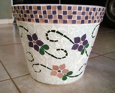 Vaso de ceramica trabalhado em mosaico. Mede 25 cm de altura.