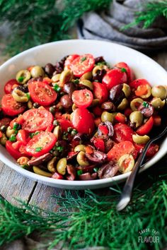 Marinated tomato olive salad is a healthy, easy salad recipe that's quick to prepare. Our simple dressing is made with olive oil, vinegar, sugar, and spices. Diet Salad Recipes, Tomato Salad Recipes, Lunch Recipes, Olive Recipes, Recipes With Olives, Marinated Tomatoes, Olive Salad, Easy Salads, Healthy Salads