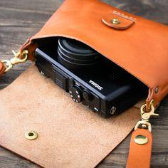 革の質感を活かした丸みを帯びたコロンとした形がありそうで無かったシンプルなデザインのベルトポーチです。ナスカンで簡単に脱着できます。携帯や財布、カメラなどを入れるのに丁度よく、ちょっとしたお出かけやにぴったりの大きさです。