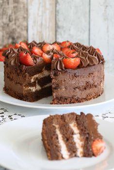Schokoladiger Rührteig, zartschmelzende Ganache, fruchtige Erdbeeren und eine frische Quarkfüllung alles ohne Gelatine - genau das Richtige für alle Schokosüchtigen.