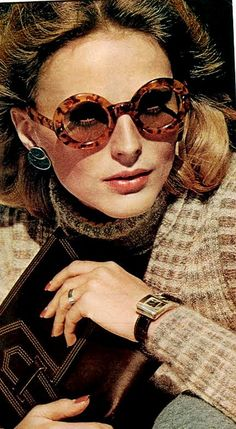 Super round sunnies in Vogue August 1973 - Photo by Bob Stone- Round Sunglasses never go out (Ray Bans) 70s Fashion, Fashion History, Teen Fashion, Vintage Fashion, Fashion Tips, Fashion Magazines, Fashion Weeks, Runway Fashion, Fashion Trends