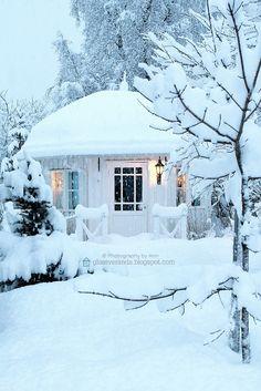 Outdoor Christmas Garden Inspiration ♥ Kerst Tuin Inspiratie Decorations Snow Snowed Sneeuw White Wit Huisje Cabin Tuinhuis #Fonteyn