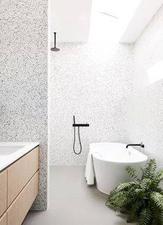 How to use terrazzo in your home ? Since the beginning of the year, we observe the huge come back of terrazzo in interior design. Bathroom Toilets, Laundry In Bathroom, Washroom, Bathroom Fixtures, Bad Inspiration, Bathroom Inspiration, Interior Inspiration, Beautiful Bathrooms, Modern Bathroom