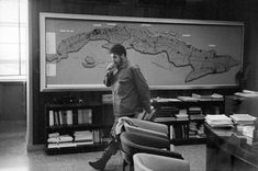 Photos capture a candid Che Guevara, who was executed in Bolivia on Oct. 1967 - The Globe and Mail Cuban Leader, Ernesto Che, Photographer Portfolio, Witch Aesthetic, Cultural Events, Photo Search, Victoria, Saint George, Magnum Photos