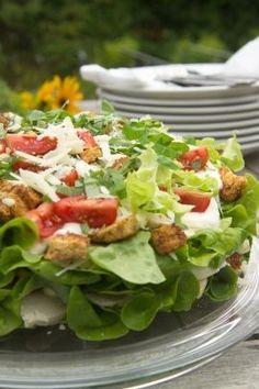Als Vorspeise oder fürs Buffet: Die Caesars Schichtsalat-Torte ist für alle Anlässe eine leckere Beilage. Zutaten: 10 bis 12 Portionen Für die Salattorte 800 g Hähnchenbrustfilet 10 Eier 2 Salatherzen 2 dicke Scheiben Weißbrot 75 bis…