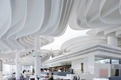 香港的太古廣場獲得亞洲最具影響力設計獎項,出去英國建築師Thomas Heatherwick之手,這位被《泰晤士報》評為「英國當代最具創意奇才」的建築師,讓一向訴求奢華大器的購物商場多了自然與柔和,運用像是絲帶班綿延不絕的曲線設計,配襯暖和色調,搭配紋理鮮明的石材、木材與壁紙,加深輪廓層次,前衛而柔和的流線讓商場富有流暢感。 via Heatherwick Studio