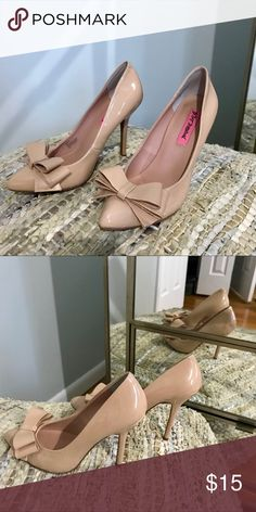 Nude classy shoes with bows Beautiful Kate Spade style shoes, wore once Betsey Johnson Shoes Heels