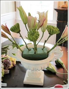Learn how to arrange real flowers. Step by step tutorial! Learn how to arrange real flowers. Step by step tutorial! Altar Flowers, Church Flowers, Silk Flower Arrangements, Real Flowers, Diy Flowers, Flower Decorations, Beautiful Flowers, Flowers Vase, Oasis For Flowers