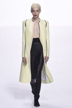 See all the Collection photos from Haider Ackermann Spring/Summer 2018 Ready-To-Wear now on British Vogue Modest Summer Fashion, Summer Fashion For Teens, Womens Fashion Casual Summer, Spring Summer Fashion, Haider Ackermann, Vogue Paris, Fashion Week, Curvy Fashion, Stylish Coat