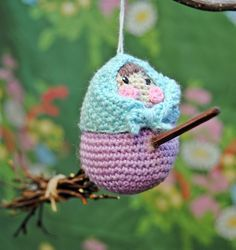 Låt dessa söta små häxor på väg till Blåkulla mellanlanda i ditt påskris. Du virkar dem själv i glada färger. Diy Crochet Patterns, Crochet Crafts, Free Crochet, Easter Projects, Easter Crafts, Knitted Animals, Knitted Hats, Easter Crochet, Handicraft
