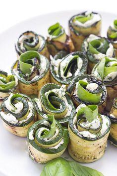 Gegrillte Kräuter und Käse Zucchini Röllchen. Zutaten: 3 kleine Zucchini, schneiden (der Länge nach in 1/2 cm dicke Scheiben), 120 gramm Frischkäse, bei Raumtemperatur, 1 Tl. frisch gehackte Petersilie, 1 Tl. frisch gehackter Dill, 1 Knoblauchzehe, gepresst, 1 grüne Zwiebel, in dünne Scheiben geschnitten, 1 Handvoll frischer Baby-Spinat, Stiele entfernen, 1 Handvoll frische Basilikumblätter, Olivenöl, Salz und frisch gemahlener schwarzer Pfeffer.