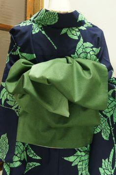 Loving this green kimono. Kimono Japan, Yukata Kimono, Kimono Fabric, Traditional Japanese Kimono, Traditional Dresses, Geisha, Modern Kimono, Wedding Kimono, Japanese Outfits