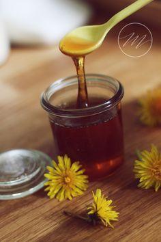 Der Löwenzahnhonig wird wie Bienenhonig aufs Brot geschmiert, zum süßen von Tee und Nachspeisen verwendet und ist dabei wirklich köstlich!! (...)