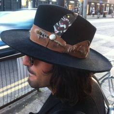 Hatabouttown in London Shoreditch spotted a dream Hat from one of my favourite Hat makers. If you don't know about Nick Fouquet PLEASE GET TO KNOW NOW! So in Love (at Shoreditch, Central London. Fancy Hats, Cool Hats, Gentleman Hat, Johnny Depp, Western Hats, Lifestyle Clothing, Outfits With Hats, Hats For Men, Women Hats