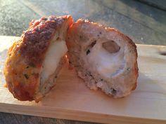 kip kalkoen gehaktballen met mozzarella  Deze gehaktballetjes die weer even anders zijn dan andere. Ze zijn namelijk gemaakt van kip-kalkoen gehakt en binnenin bevindt zich een verrassing, namelijk een bolletje mozzarella. In de gehaktbal zelf zit ook kaas verwerkt en een tal van kruiden. De eigengemaakte tomatensaus met een pittig randje maakt de bal helemaal af!