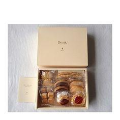 """1947年創業の銀座の老舗洋菓子店「洋菓子舗ウエスト」、通称""""銀座ウエスト""""の焼き菓子の詰め合わせは、品があって彩りも綺麗。"""