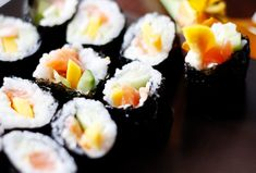 Jak zrobić domowe sushi? Rolls, Food And Drink, Ethnic Recipes, Buns, Bread Rolls