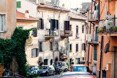 Kleine Gasse in Frankreich! #Foto #Frankreich #Gasse #Auto #Stadtviertel #Efeu #Balkon #Fotografie