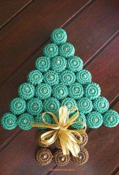 Arvore de natal feita com tampinhas de pet cobertas com crochê