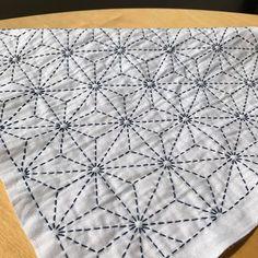 #sashiko #sashikostitching #needlework #embroidery #broderie #handmade #handembroidery #刺し子 #刺し子ふきん #麻の葉 #図案から #小鳥屋 #花ふきん  麻の葉 2作目。交差するところが揃うように丸を下書きしてみたら、刺しやすかったです☺︎ 手ざわりがいいのでアイロンはかけないでおこうかな。