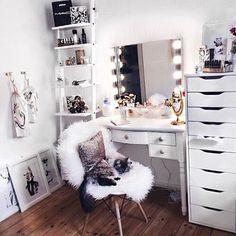 Via @raffaelaxblasko ✖️#inspiration #interiordesign #interiorstyle #interiordecor #interior #interior4all #homedesign #homedecor #home #homedecoration #decoration #decor #scandinavianinterior #scandinavianstyle #scandinavianhome #scandinaviandesign #vanity #vanitymirror #vanitytable