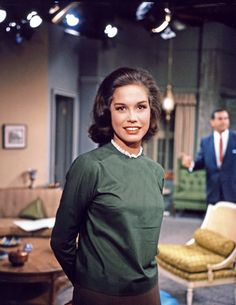 Mary Tyler Moore - rare color photo from The Dick Van Dyke Show set My idol! Mary Tyler Moore Show, The Philadelphia Story, Montgomery Clift, Jack Lemmon, Tony Curtis, The Munsters, Ingrid Bergman, Katharine Hepburn, Barbara Stanwyck