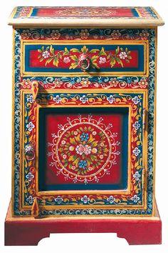 Fabriquée en Inde, cette table de nuit en manguier massif, décorée et peinte à la main, glissera dans votre chambre une touche de couleurs et de fantaisie.