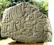 """SITIO """"TRES ZAPOTES"""" """"El centro ceremonial tiene más de 50 montículos agrupados en patrones regulares. Uno de los hallazgos más importantes fue la Estela C que tiene una fecha de tipo maya (31 a.C.) la cual proporcionó los primeros indicios de la antigüedad de los olmecas, el sistema de barras y puntos fue adoptado más tarde por los mayas y los zapotecos."""""""