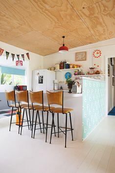 maison retro australie cuisine ouverte bar blanc mur de couleur avec motif chaise haute cuir avec