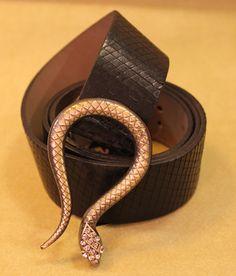 Cinto de couro por R$ 45,90.  #cintos #serpente #acessórios #angelinabrecho #brecho #boacompanhia #bomcafé
