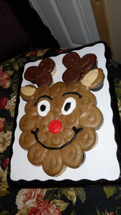 Reindeer Cupcake Cake - Cupcake cake made with buttercream frosting for Christmas eve
