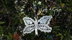 Farfalla all'uncinetto dopo aver messo la colla e glitter.  Crochet butterfly after having put glue e glitter.