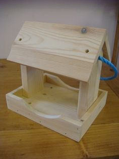 Simple Wood Projects For Beginners: Quick & Easy To Build - Holzbearbeitung Wood Bird Feeder, Bird Feeder Plans, Bird House Feeder, Bird Feeders, Easy Woodworking Ideas, Beginner Woodworking Projects, Woodworking Jobs, Woodworking Magazine, Woodworking Furniture