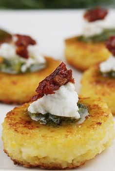 Sundried Tomato Polenta Bites - for my next tapas party Holiday Appetizers, Appetizer Recipes, Polenta Appetizer, Elegant Appetizers, Wedding Appetizers, Tapas Recipes, Tomato Appetizers, One Bite Appetizers, Tapas Ideas