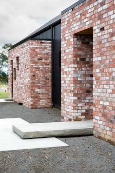 Brick House Exterior Discover Modern Barn Form - Innovative Black Barn by Red Architecture Modern Barn Form Innovative Black Barn by Red Architecture Modern Brick House, Brick House Designs, Brick Houses, Barn Houses, House Cladding, Facade House, Red Architecture, New Zealand Architecture, Recycled Brick