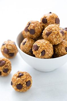 Healthy Snacks The best Energy Bites! The perfect on the go midday snack. My whole family loves these and I even make them for dessert sometimes! - So you're always ready for a snack attack. No Bake Energy Bites, Energy Balls, Power Balls, Oatmeal Energy Bites, Granola Bites No Bake, Protein Energy Bites, Protein Power, Healthy Sweets, Healthy Snacks