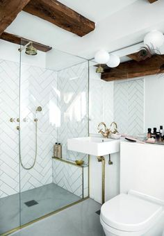 petites salles de bains avec douche italienne et de s poutres de bois couleur foncée