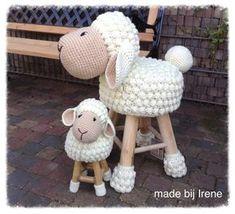 New Crochet Animals Sheep Lamb Ideas Crochet Sheep, Crochet Home, Crochet For Kids, Crochet Animals, Crochet Crafts, Crochet Dolls, Crochet Yarn, Crochet Projects, Stool Cover Crochet