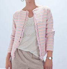 Voici un modèle de veste indispensable pour cet été. Une veste tricotée en ' Phil Noé ' coloris églantine, blanc, perle et ivoire au point mousse rayé. Une matière douce et fraîche pour un été doux et chaleureux. Modèle n°04 du mini-catalogue N°606 : Tricoté d'été Printemps/été 2016