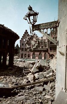 Frankfurt am Main - Blick vom Alten Markt auf die Ruine des Römer 1945