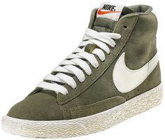 Sneakers donna di ispirazione basket, le Nike Blazer Mid Suede Vintage sono un classico Nike totalmente rinnovato in stile vintage! Tomaia in suede con logo in pelle su entrambi i lati. Lettering sul retro. Suola in gomma vulcanizzata.    Prezzo: 100.00€    SHOP ONLINE: http://www.athletesworld.it/nike-blazer-mid-suede-vintage--nike-5037314