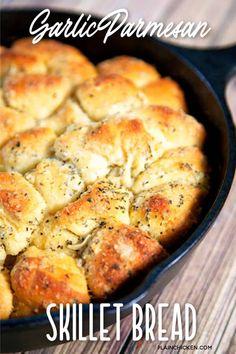 Cast Iron Skillet Cooking, Skillet Bread, Iron Skillet Recipes, Cast Iron Recipes, Skillet Meals, Garlic Parmesan, Garlic Bread, Garlic Rolls, Bread Recipes