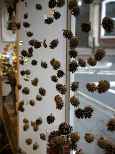 Window decoration in Advent: (Again and again) current ideas 2 .- Fensterdekoration im Advent: (Immer wieder) aktuelle Ideen 2017 Pine cone window decoration in advent - Winter Window Display, Shop Window Displays, Christmas Window Display Retail, Autumn Window Display Retail, Christmas Shop Displays, Autumn Displays, Autumn Display Classroom, Autumn Display Boards, Fall Store Displays