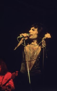 rock circa Freddie Mercury - lead singer of hard rock quartet Queen, in concert during the groups British tour. (Photo by Keystone/Getty Images) Queen Freddie Mercury, Freddie Mercury Tattoo, Rock Chic, Glam Rock, King Of Queens, Hard Rock, John Deacon, Stevie Nicks, Rolling Stones
