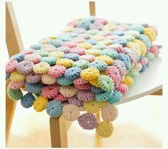 Boa tarde gente linda! Linda demais essa manta com cores doces e feita com vários fuxico de crochê, amei! ...