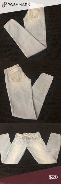 💖Hollister Jean- 1R (25x31) Hollister light-wash, low-rise jean, tapered leg. Worn less than 3 times. No rips, holes, or stains. Excellent condition, clean and ready to ship. Hollister Jeans