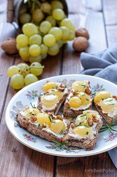 Sfiziosi #crostini con #uva caramellata, #noci e rosmarino, veloci e semplicissimi. #ricetta #bruschette #vegetarian #antipastisfiziosi